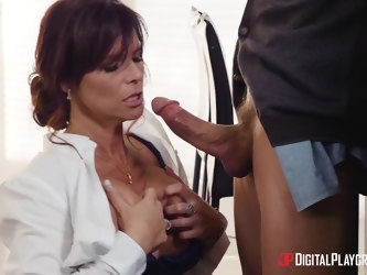 Seductive MILF Syren De Mer drops on her knees to make him hard