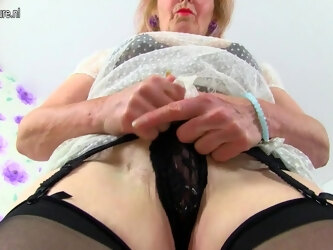 Kinky British Mature Slut With A Big Clitpiercing Masturbating - MatureNL