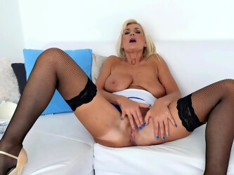 Saggy tuts mature wife Roxana Hanova in stockings plays with her cunt