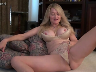 Naught American Housewife Playing With Her Pussy - MatureNL