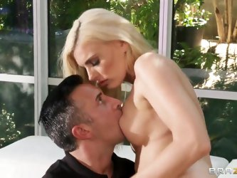 Darryl Hanah hates when her husband makes her disappointed by leaving her alone. She has Keiran Lee for such cases. He quickly turns her on by licking