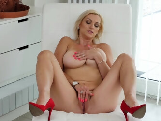 Blonde wife Kirsten Klark plays with her giant milk cans and puss