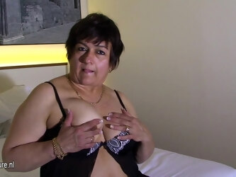 Mature Slut Playing With Herself On Bed - MatureNL