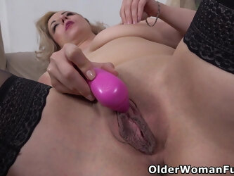Busty milf Brenda plays with her willing pussy