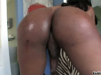 Ebony mature shemale Jayla loves to strip on the camera. He teases us by unbaring slowly her imposing tits  and invites fat guests in his black ass.