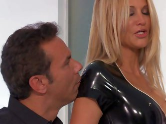 Jessica Drake is a blond-haired milf beauty with perfect body. She looks great in her skin tight black latex outfit. Man gives her pussy a lick and ge