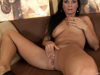 Mature brunette Tessa takes off her underwear to touch her hot body. She touches her natural tits and then rubs her mature pussy lie crazy. Masturbati