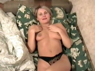 This mature blonde babe with a really hot body is really into having hot sex and initiating beginners into having rough, hot sex with her naughty puss